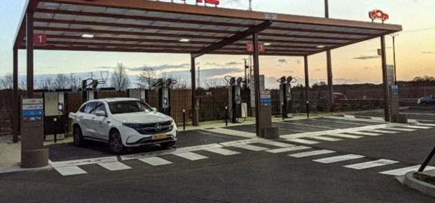 Station de recharge des véhicules électrifiés, avec plusieurs bornes rapides.