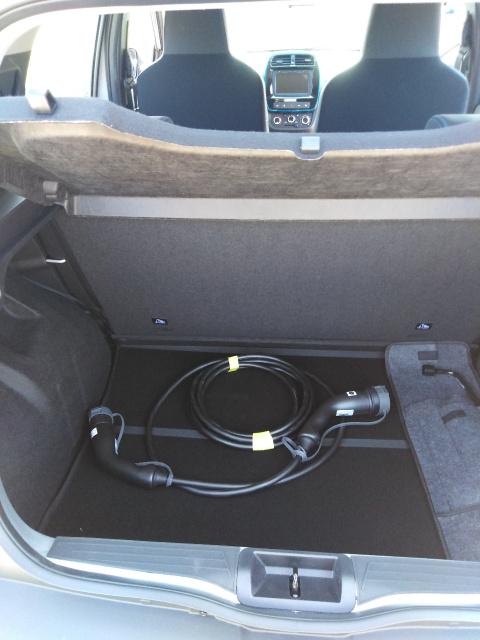 Coffre Dacia Spring avec câbles de recharge