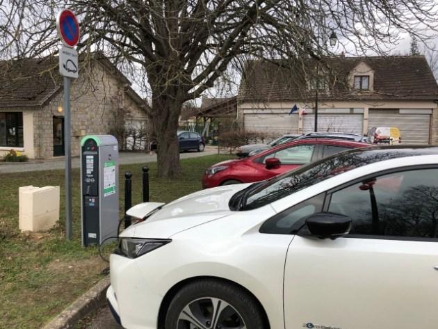 Une voiture électrique en train de recharger sur le réseau Ecocharge77, à Barbizon (77).