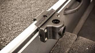 Alumatrac-systemets fundament er rælingsfæstet, der ved tungere ting kan aluminiumsforstærkes