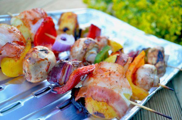 Szaszłyki z młodymi ziemniakami i boczkiem oraz warzywami