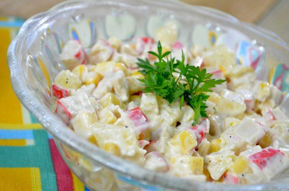 Sałatka z paluszkami surimi, ananasem i żółtym serem + film