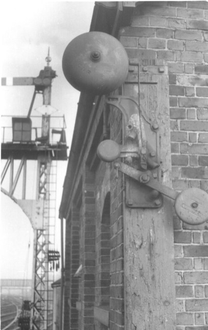 GNR Warning Bell for crossover from Hatfield Shed 1960 ©