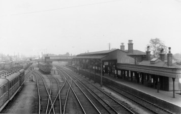 Hatfield looking North 1932 - local coaches on left ©