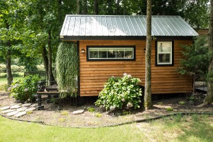 20140203mo-tennesee-tiny-homes-happy-mendys-drop-off-exterior-right