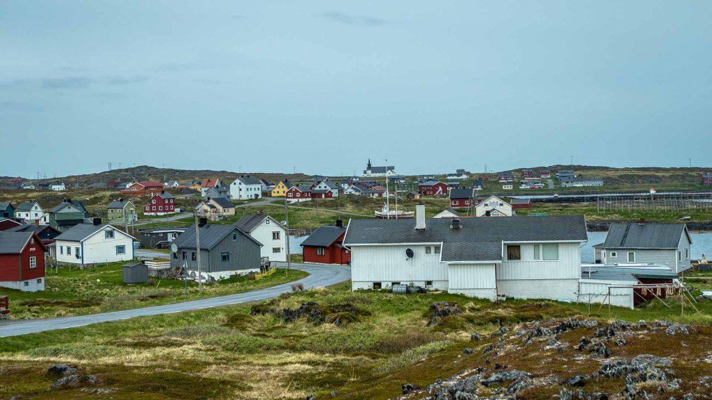 Gamvik veduta paese con chiesa su sfondo