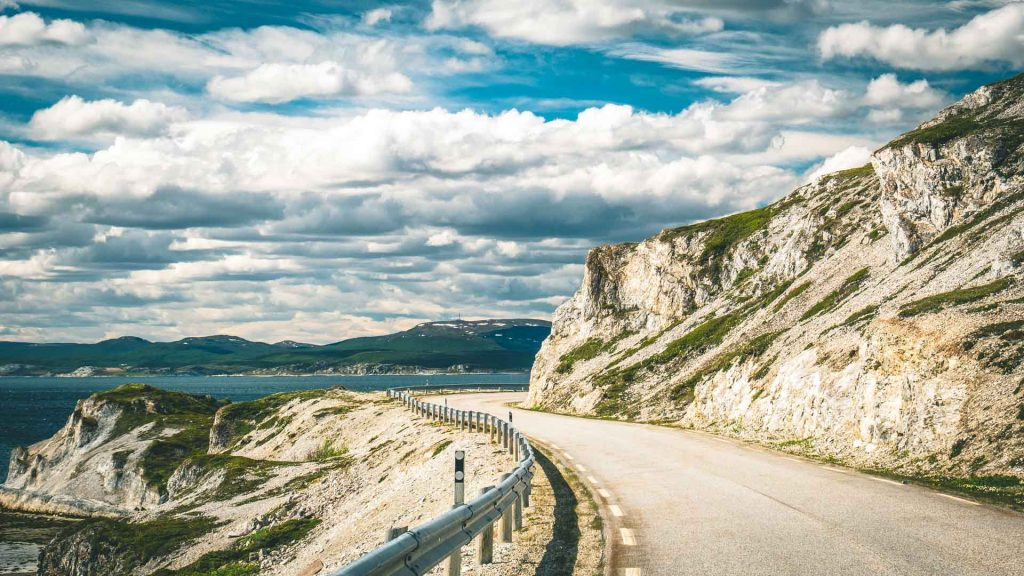 Strada soleggiata curve e mare