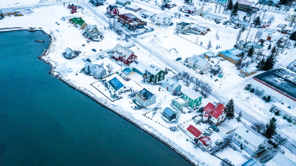 Una porzione del paese di Seydisfjordur-vista-winter-view-drone
