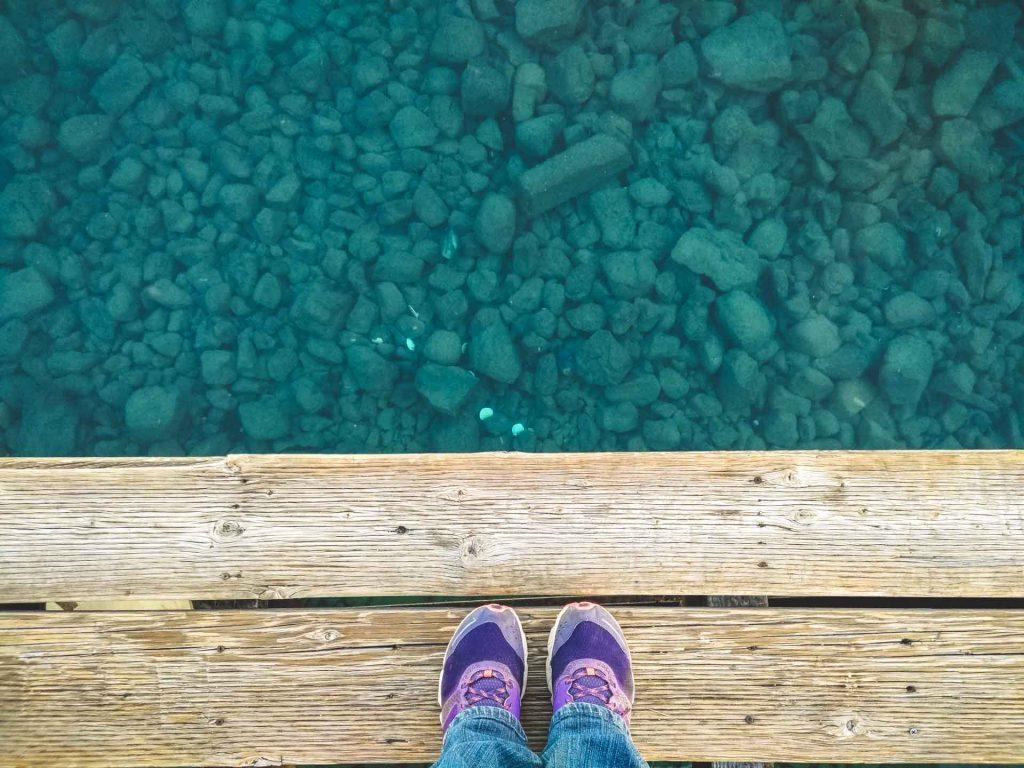 Piedi su un molo al lago tahoe acqua cristallina