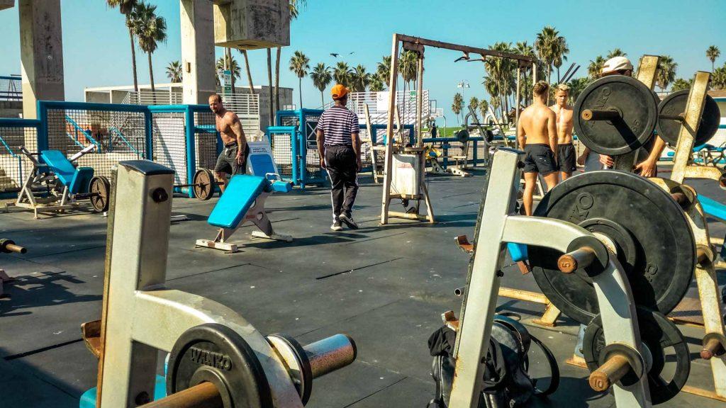 palestra all'aperto vicino alla spiaggia ragazzi si allenano
