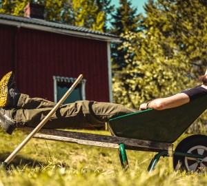 Claudio dentro una carriola prende il sole