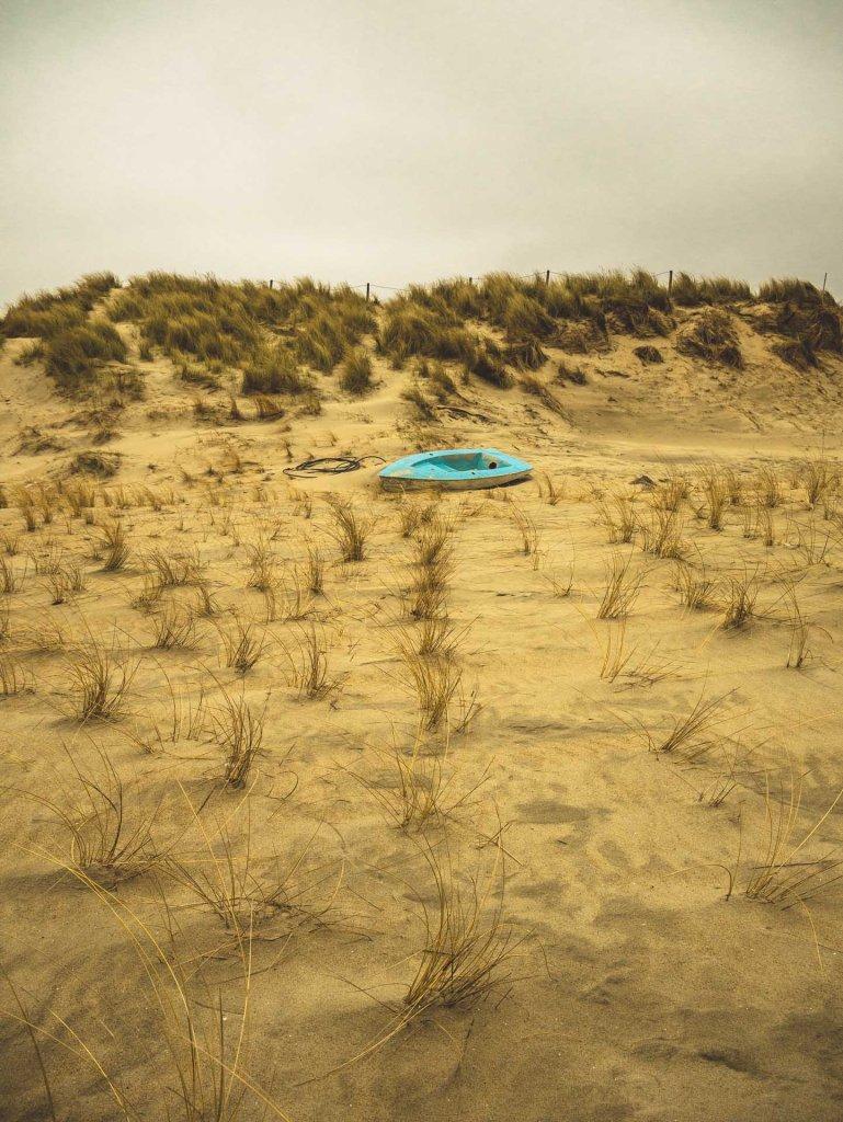 Una barca abbandonata sulle spiagge di Texel in Olanda. Foto scattata con micro 4/3