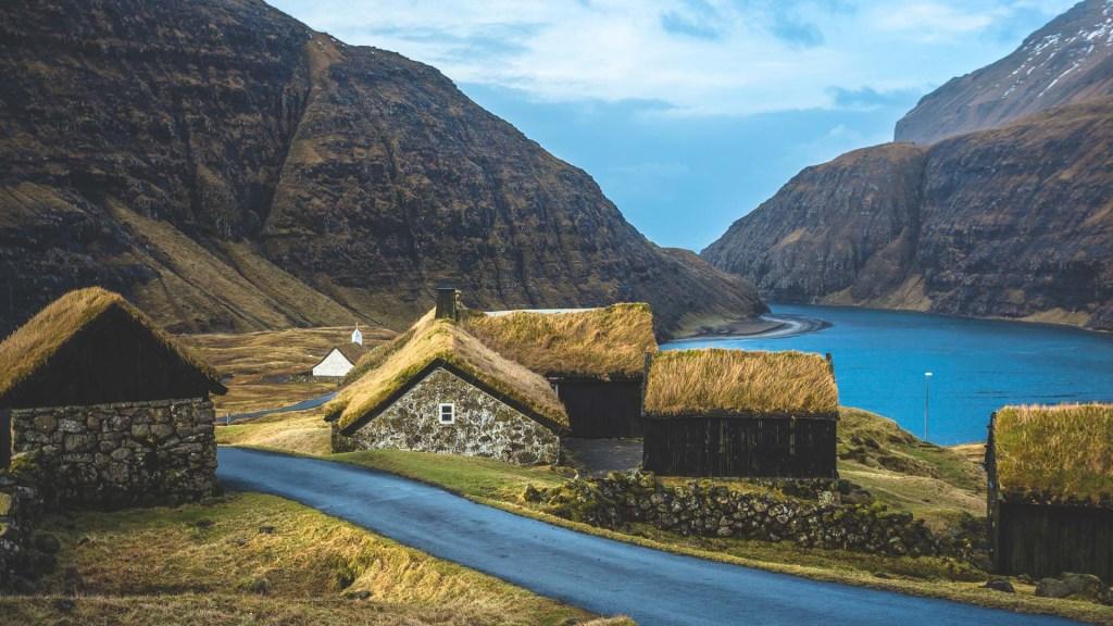 Le casette di Saksun, la laguna, la strada e la chiesetta isole faroe