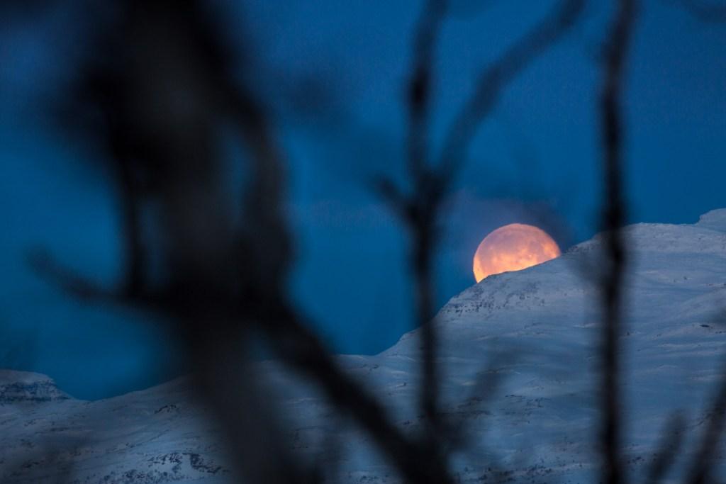 Luna scompare dietro la montagna abisko lapponia