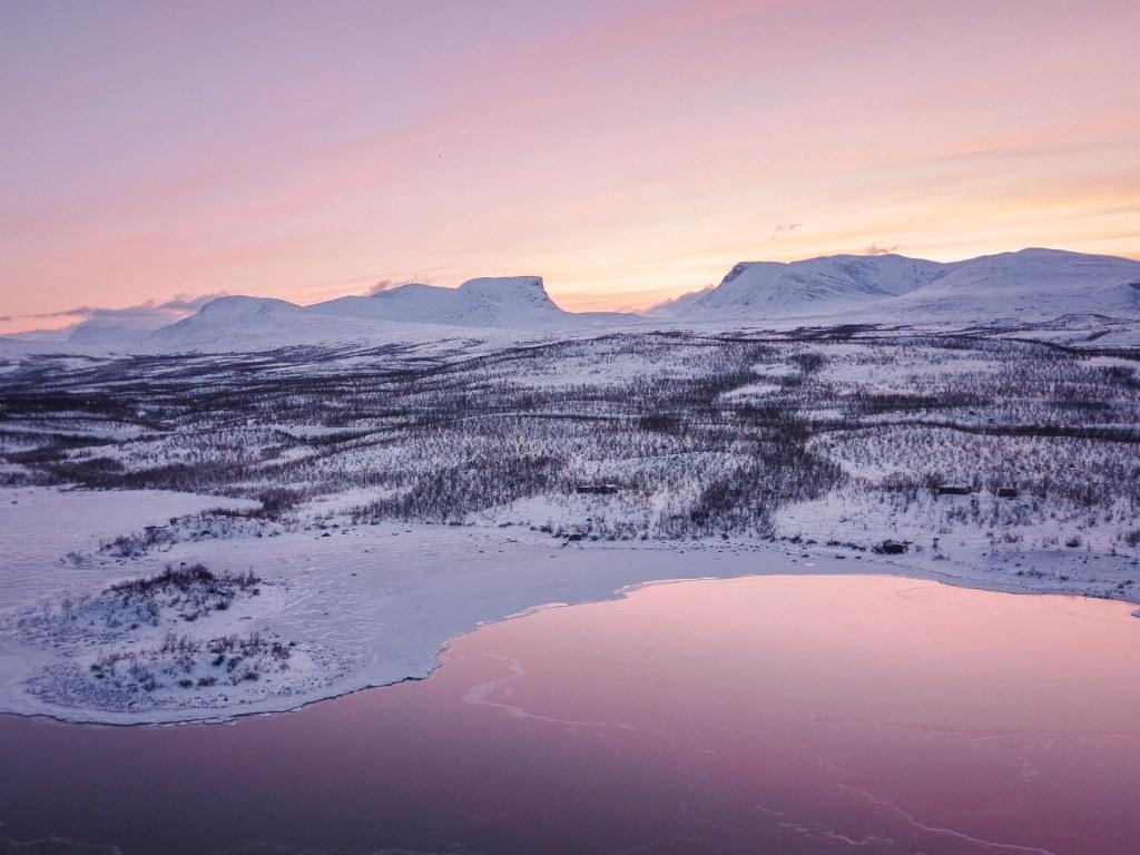 splendidi colori durante una notte polare tramonto su montagne rosa