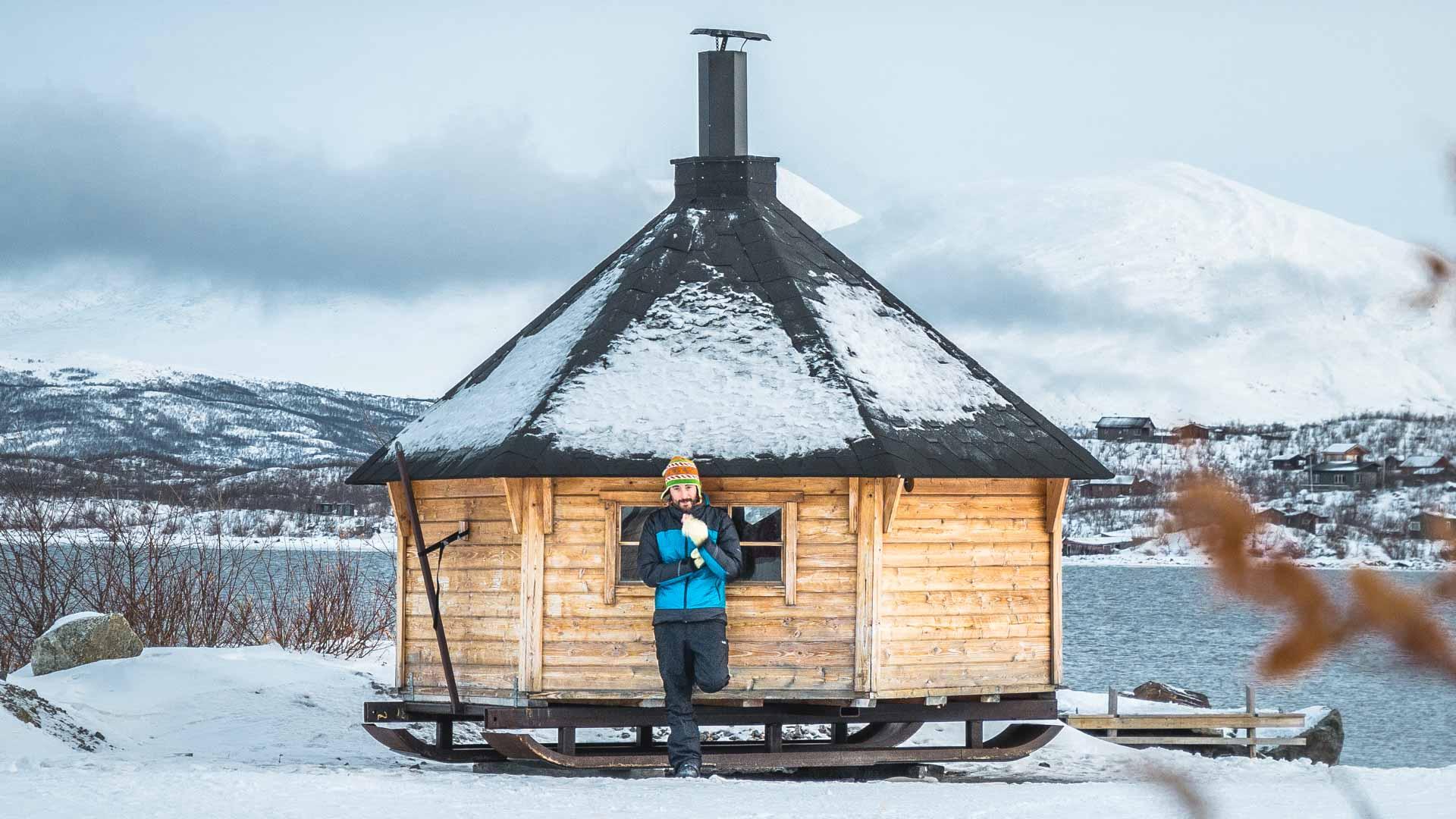 claudio di fronte a casetta mobile sauna ad Abisko