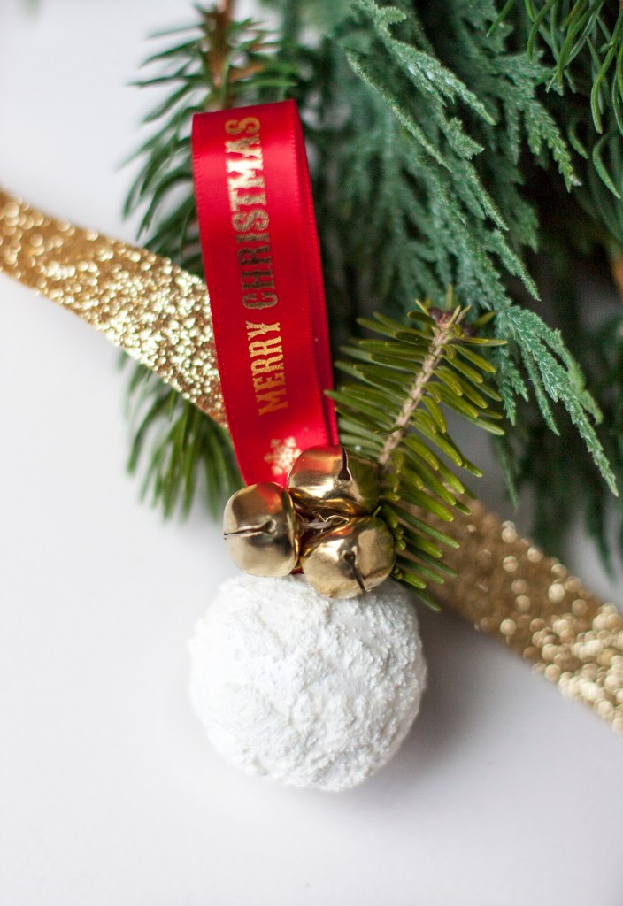 How adorable is this fake snowball DIY Christmas ornament?! Love that fake snow and the little jingle bells! Christmas Decorations | DIY Christmas Ideas | DIY Christmas Ornaments | Handmade Ornaments | Ornament Tutorials | DIY Christmas Tree | Cheap Christmas Ornaments