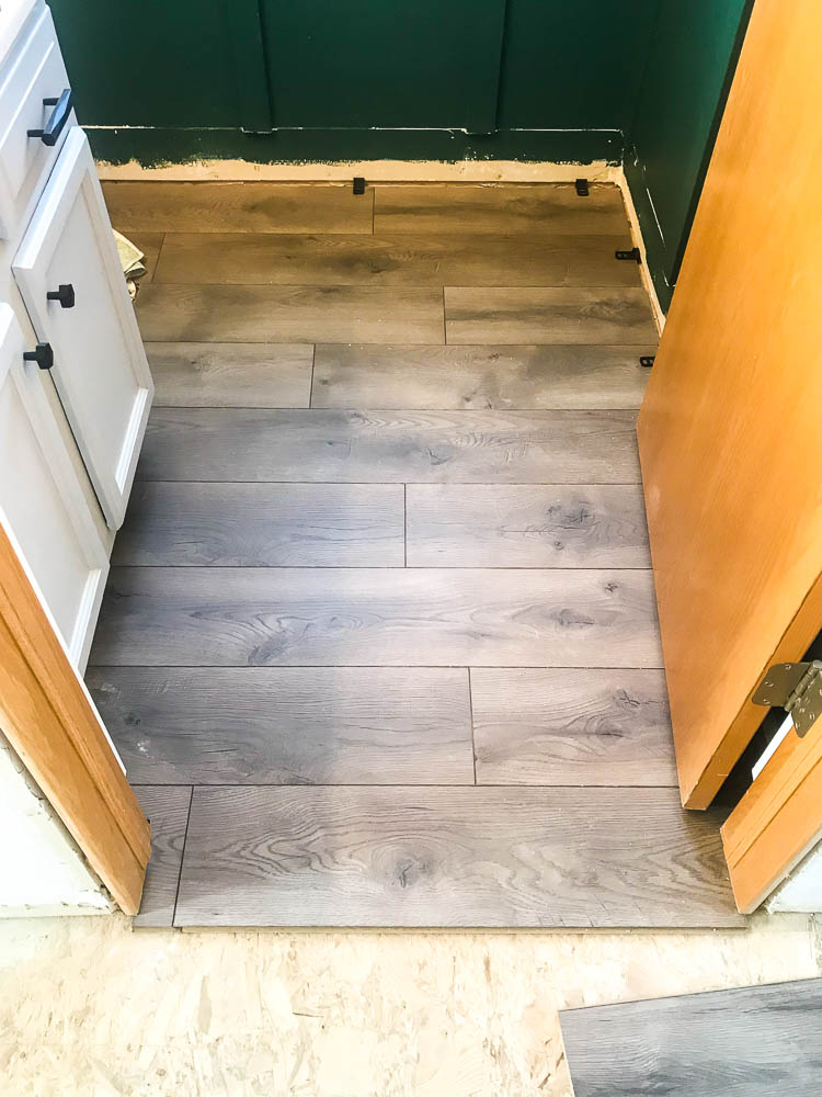select-surfaces-warm-gray-laminate-in-bathroom
