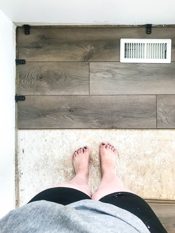 select-surfaces-warm-gray-laminate-in-entryway