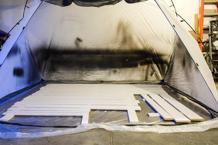 couvertures de fenêtre à peindre au pistolet dans la tente