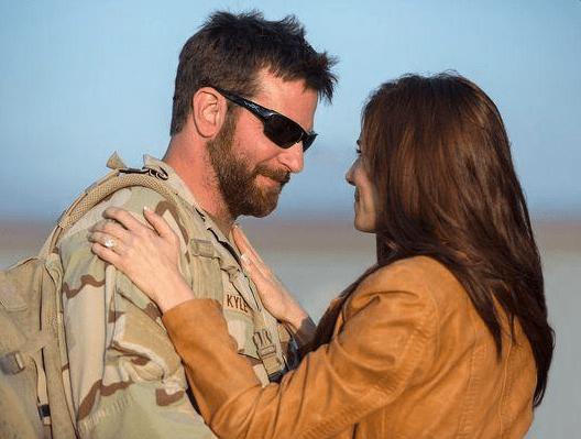 Un soldat côté famille : terrain miné par les poncifs où Eastwood est à deux doigts de s'égarer souvent. (Crédit : Warner Bros.)