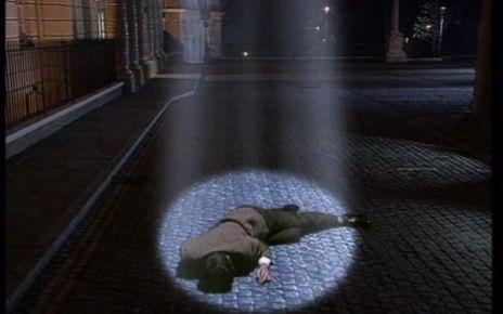 mr bean - Mais, au fait, pourquoi Mr Bean apparaît dans un faisceau de lumière dans le générique ?