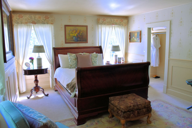 Guest bedroom at the Warm Inn Springs & Winery in Wenatchee, Washington.