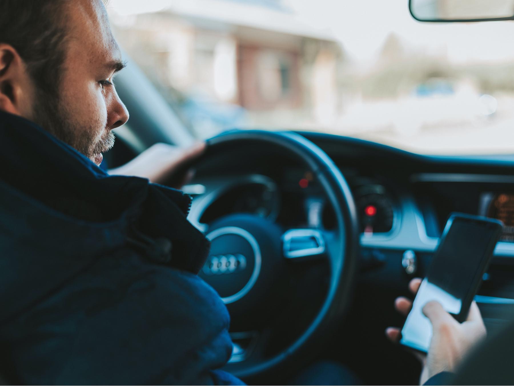 Navigare, chattare, farsi selfie al volante: un'abitudine criminale che coinvolge un numero sempre maggiore di utenti della strada. Ecco 10 ottime ragioni per non farlo!