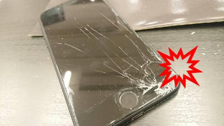 画面角からひび割れているアイフォン7