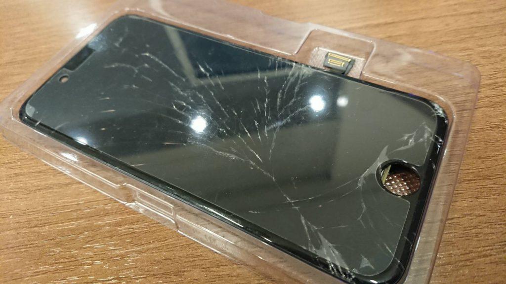 画面の割れてしまったアイフォン7