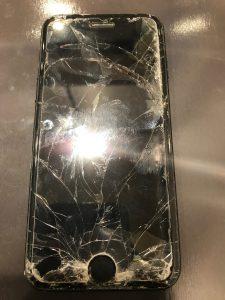 落としただけでなく、踏んでしまってバキバキになったiPhone7