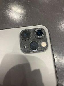 iPhone11Proアウトカメラレンズ交換割れたレンズを外した状態