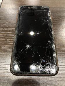 保護ガラスの下で割れてしまったiPhone8画面