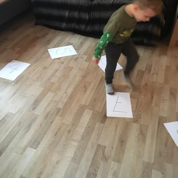 Zahlen lernen mit Zahlen Hüpfspiel