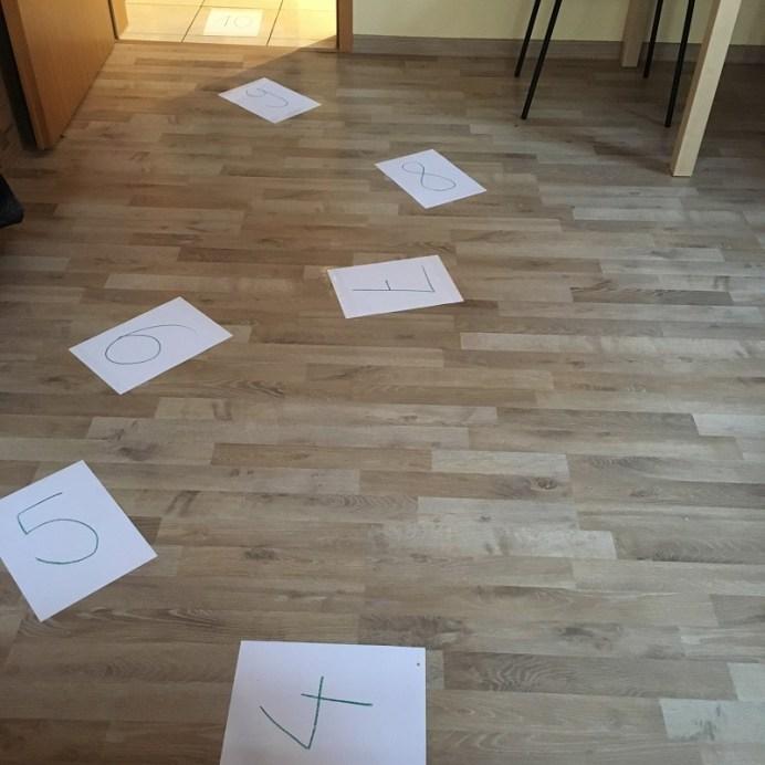 Zahlen Hüpfspiel auf den Boden aufgeklebt