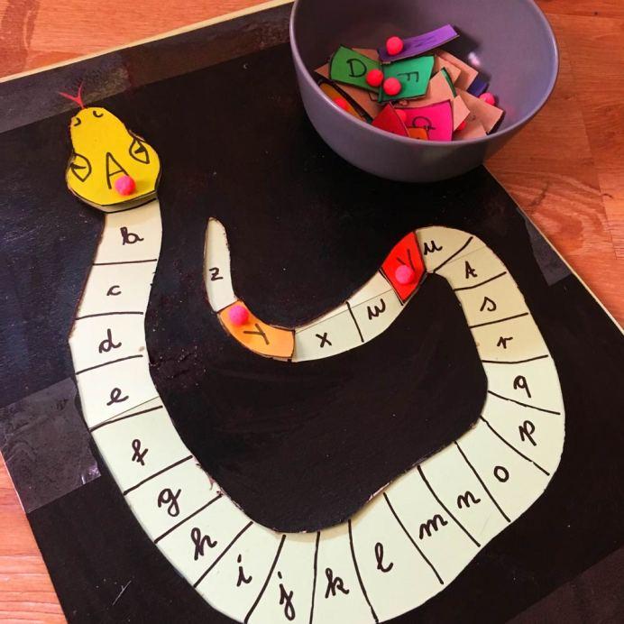 Selbstgebasteltes Buchstaben Puzzle Buchstaben Schlange auseinander gebaut