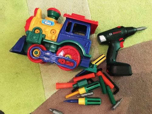 besten Spielzeuge für Kinder ab 3 Jahre: Montagespielzeug. Zu sehen ist eine bunte Eisenbahn mit Werkzeug.