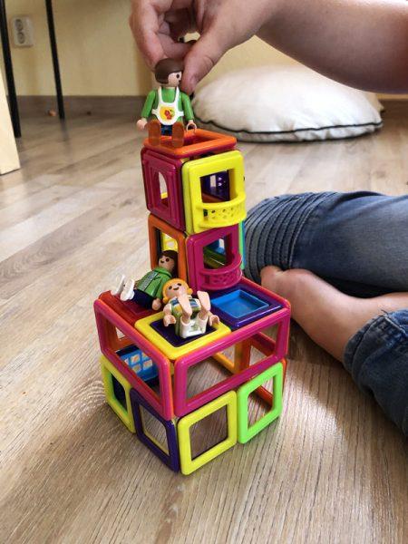 Kletterturm aus magnetischen Bausteinen für Playmobilfiguren