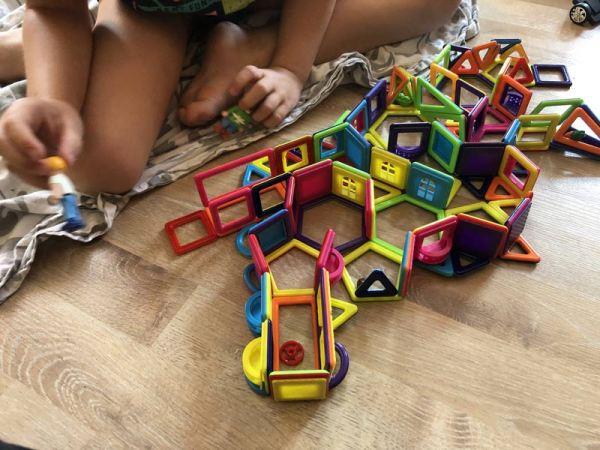 magnetische Bausteine wurden zu einen kreativen Labyrinth verbaut