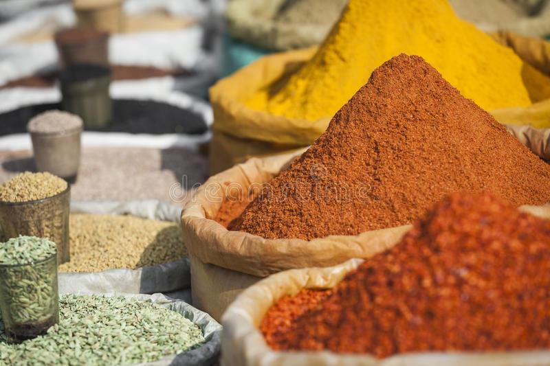 especiarias tradicionais e frutas secas no bazar local em india 97889205