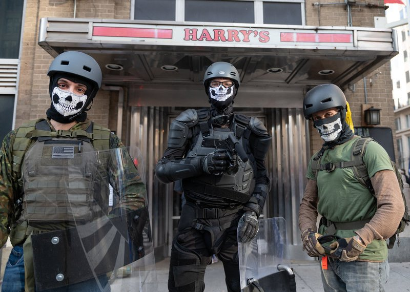 O abraço de conspiração pela direita é 'radicalização em massa', advertem os especialistas