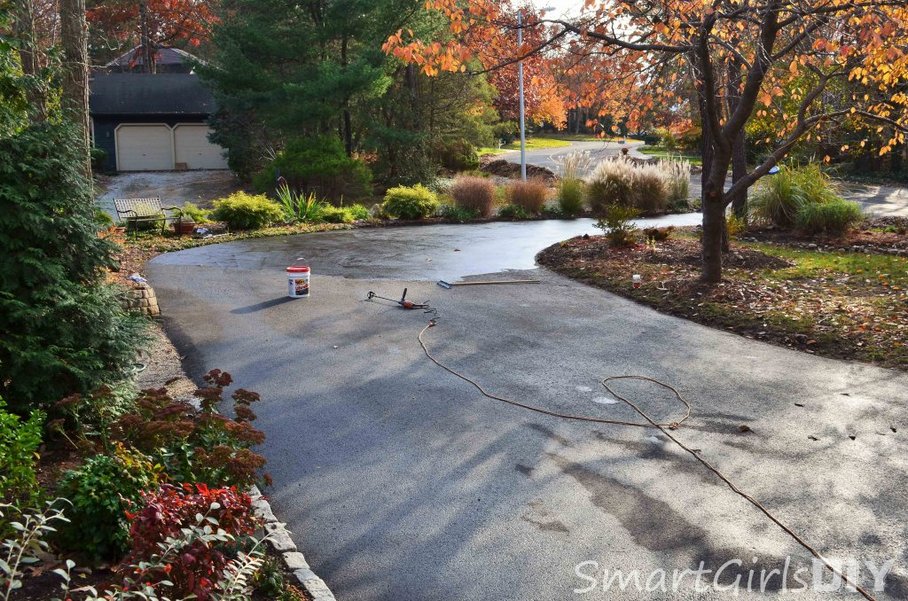 How to apply asphalt sealer to your driveway