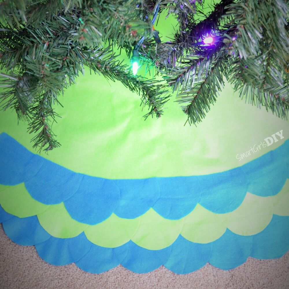 DIY Felt scalloped tree skirt