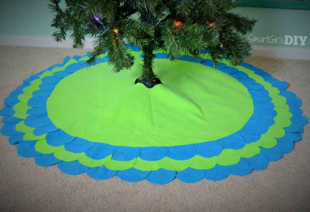 DIY No-Sew scalloped tree skirt