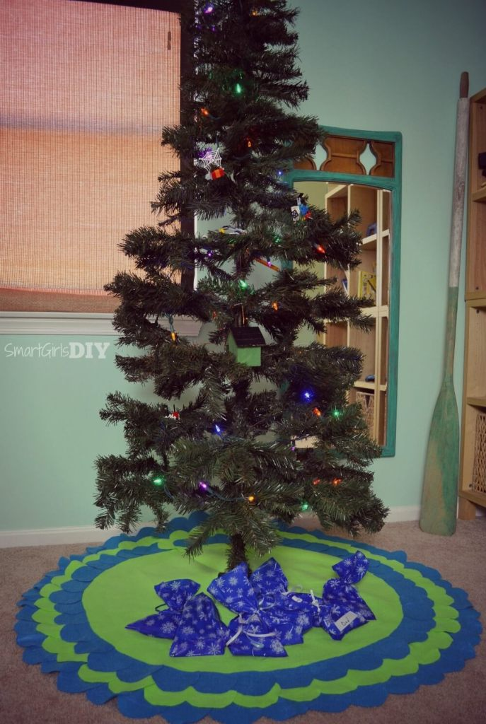 Felt scalloped DIY Christmas Tree Skirt