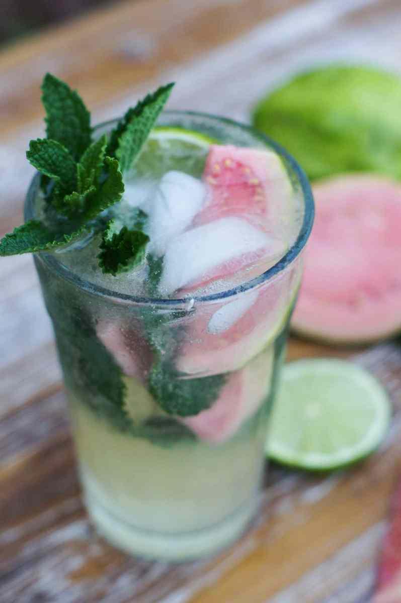 Dulce y refrescante mojito de guava hecho con limón, néctar de guava, ron y hojas de hierbabuena. Es el cóctel tropical perfecto para disfrutar con amigos en un dia caluroso. www.smartlittlecookie.net