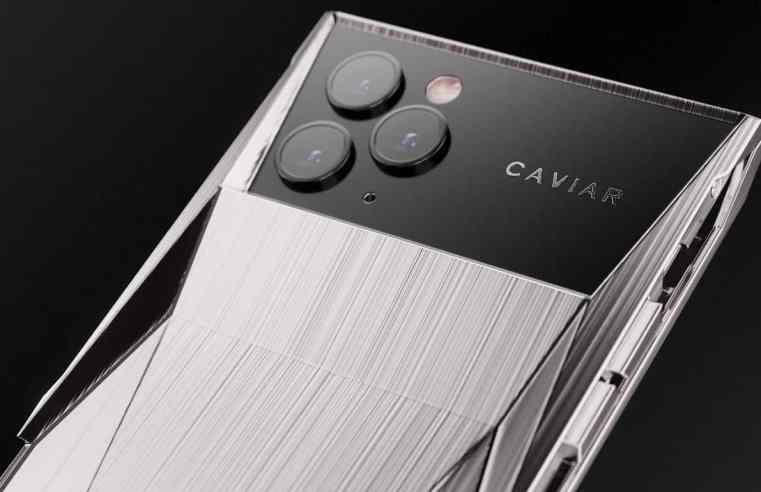 Аналог на Tesla Cybertruck обвива iPhone 11 Pro