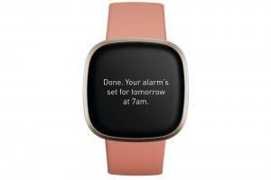 Fitbit Versa 3-ren produktuaren errendapena, aurrealdean, Pink Clay eta Soft Gold.
