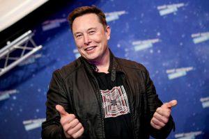 Ang tag-iya sa SpaceX ug ang CEO sa Tesla nga si Elon Musk nagpahayag samtang nag-abut siya sa pula nga karpet alang sa seremonya sa Axel Springer Awards, sa Berlin, kaniadtong Disyembre 1, 2020. (Litrato ni Britta Pedersen / POOL / AFP) (Litrato ni BRITTA PEDERSEN / POOL / AFP pinaagi sa Getty Images)