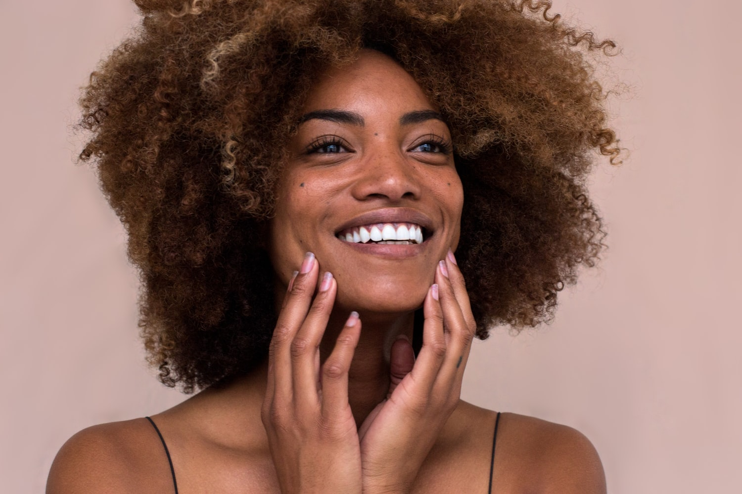 7 Best Foundations For Large Pores & Acne Scars (Buying Guide)